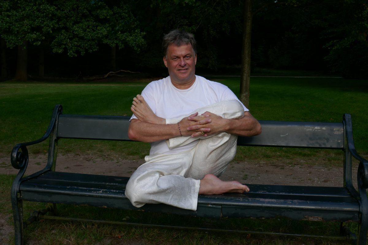 yoga oefeningen achter je bureau en op de stoel