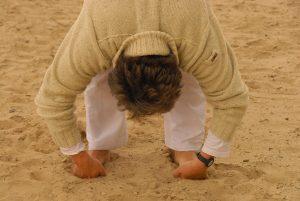 yoga psychologie, met beide benen op de grond