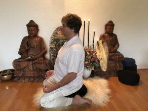 Yoga meditatie houdingen, meditatie op een meditatiekussen