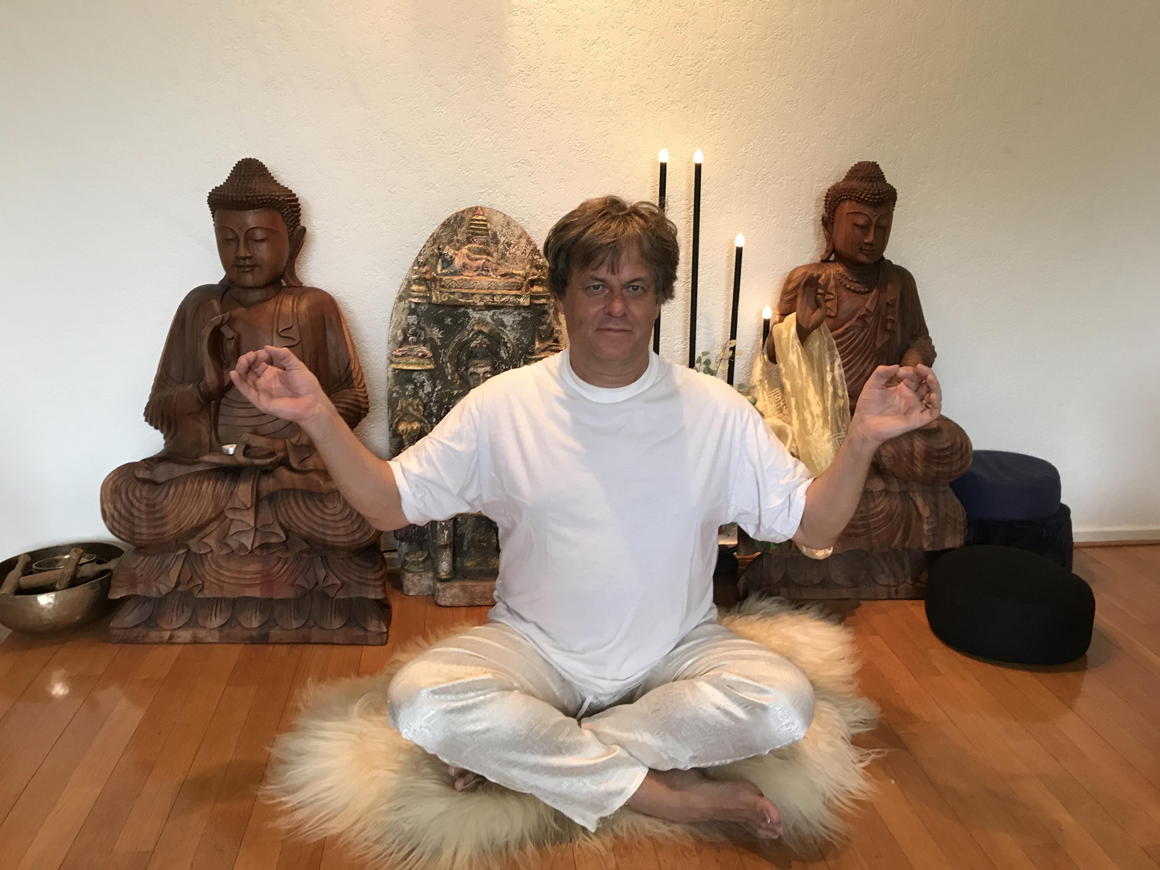 yoga bij 5000 boeddhabeelden