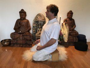Yoga meditatie houdingen, met een meditatiebankje